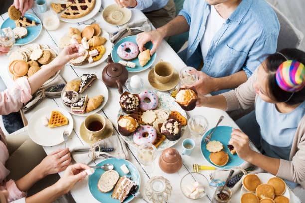 お祝い食糧を食べること - 豊富 ストックフォトと画像