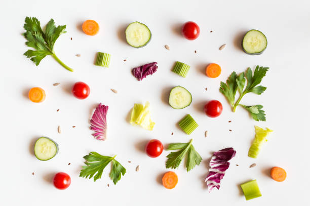essen essverhalten mit rohen zutaten salat auf weißem hintergrund - gurke gesund stock-fotos und bilder