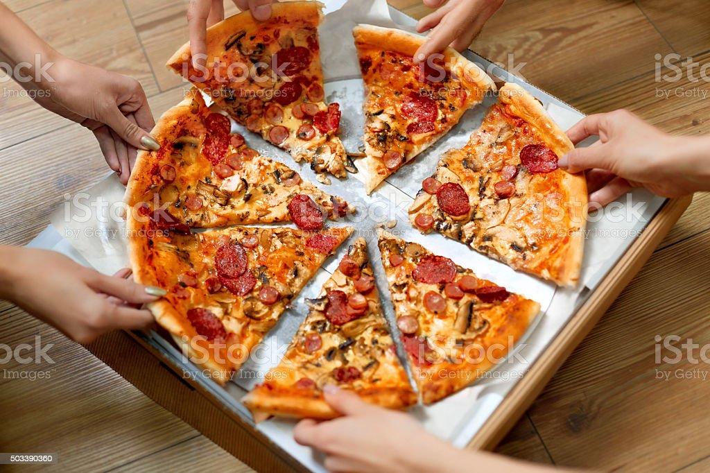 Zu essen. Leute, die Pizza. Freunde Freizeit, Fast-Food – Foto