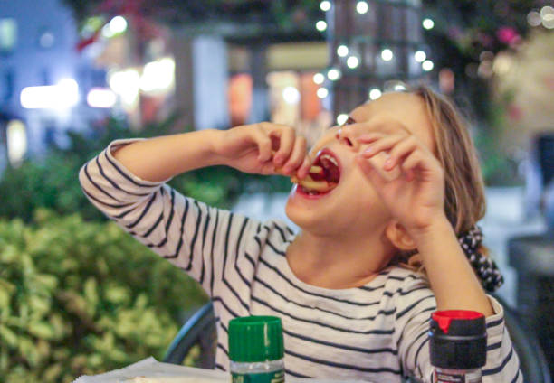 eating fries - bordsskick bildbanksfoton och bilder
