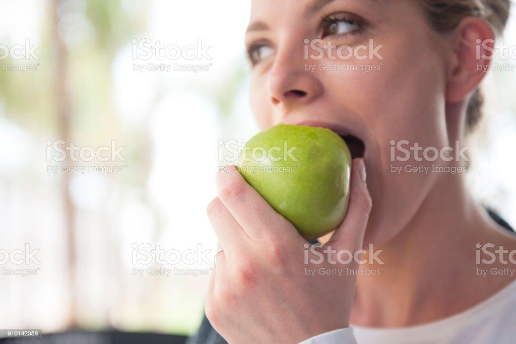 Granny Smith Apfel essen - Lizenzfrei Abnehmen Stock-Foto