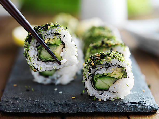 eating healthy kale sushi - pratos vegetarianos - fotografias e filmes do acervo
