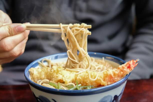 japanse garnaal tempura met handgemaakte soba soep noedels eten - sobanoedels stockfoto's en -beelden