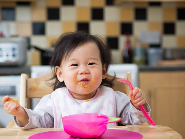 Essen durcheinander Babymädchen – Foto