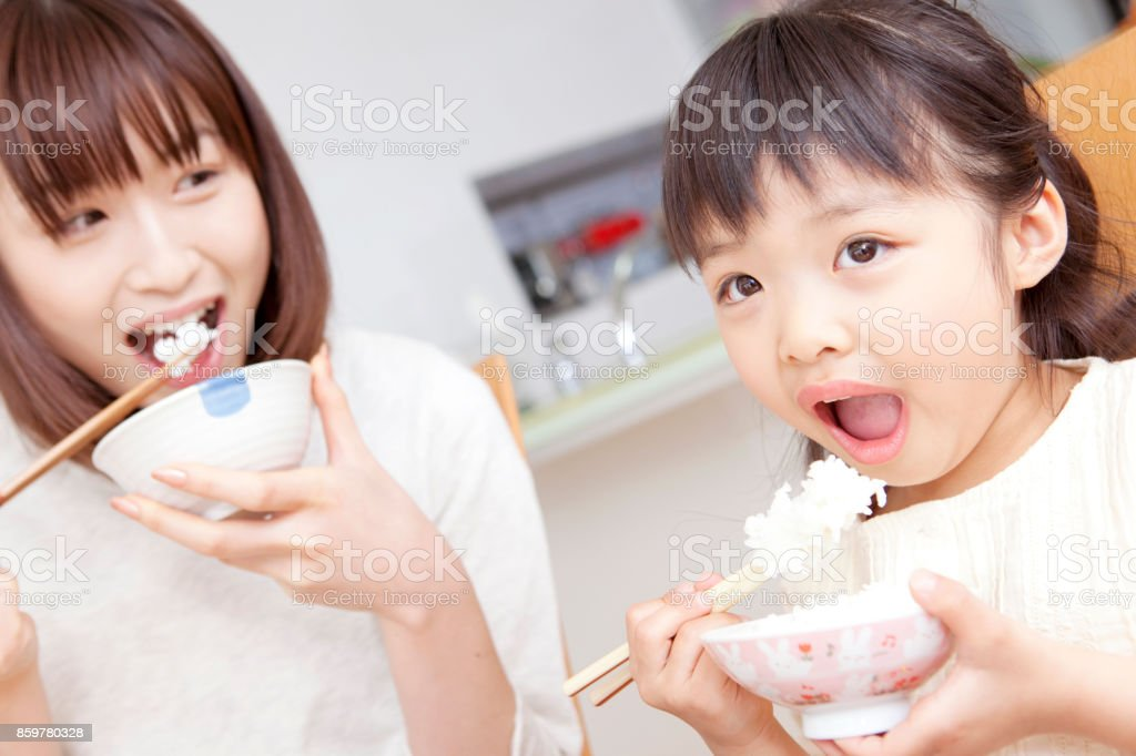 Eating mother and daughter - foto stock
