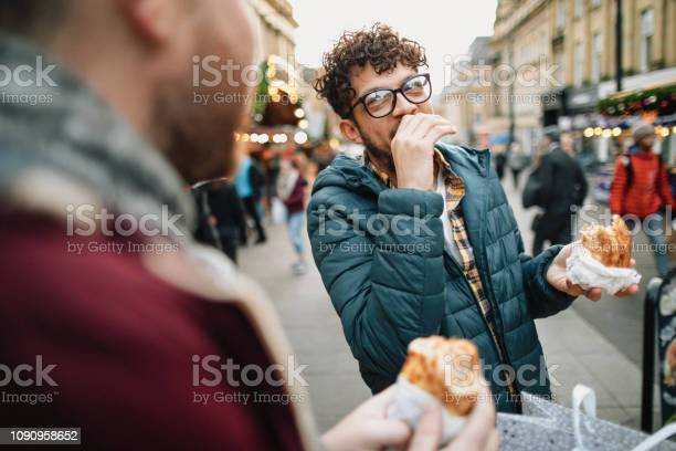 Comer En El Camino Foto de stock y más banco de imágenes de 30-39 años