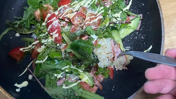 フライパンでサラダライスを食べる ストックフォト
