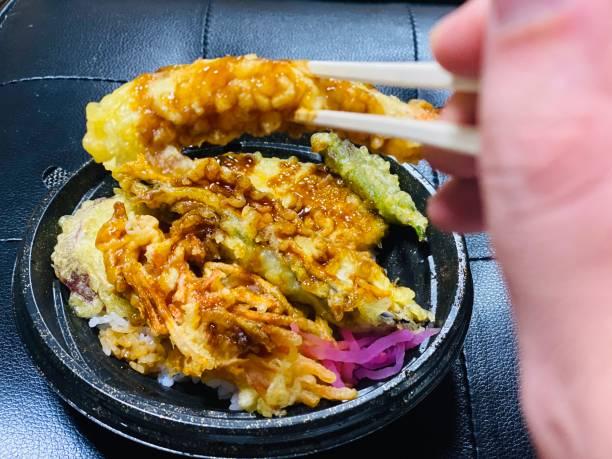 日本でテンドンを食べる / 家にいる - すぐに食べる / 取り上げる ストックフォト