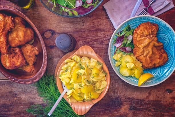 wiener schnitzel essen - österreichische kultur stock-fotos und bilder