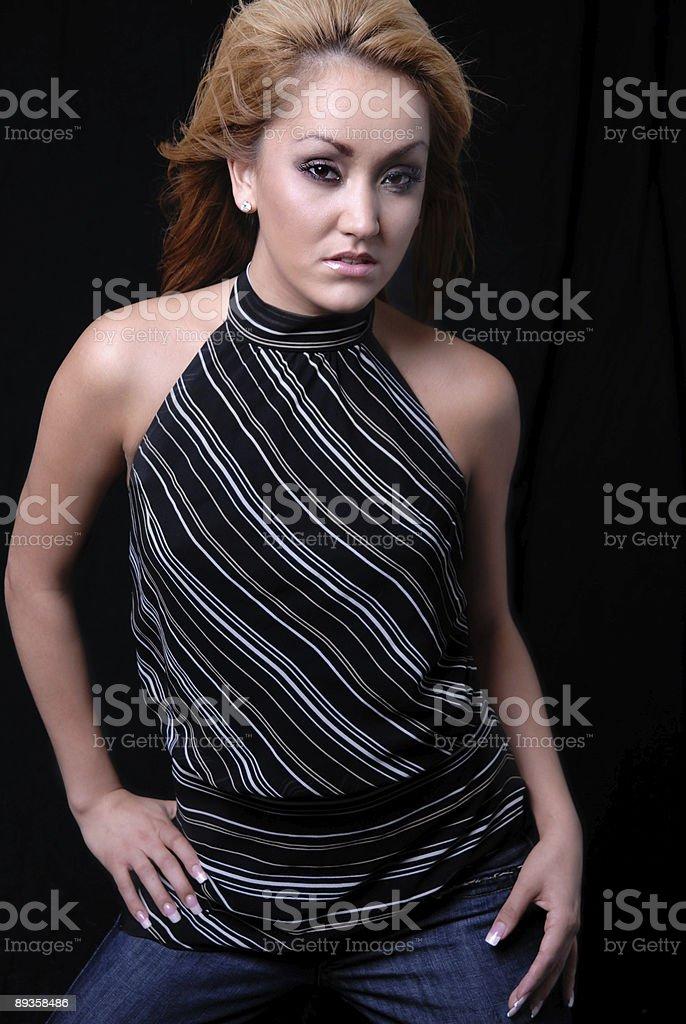 eautiful Moda model na czarnym tle. zbiór zdjęć royalty-free