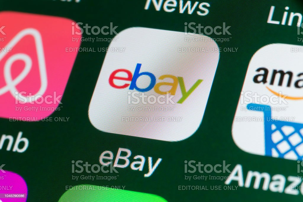 eBay, Amazon, Airbnb, noticias y otras aplicaciones en la pantalla del iPhone - foto de stock