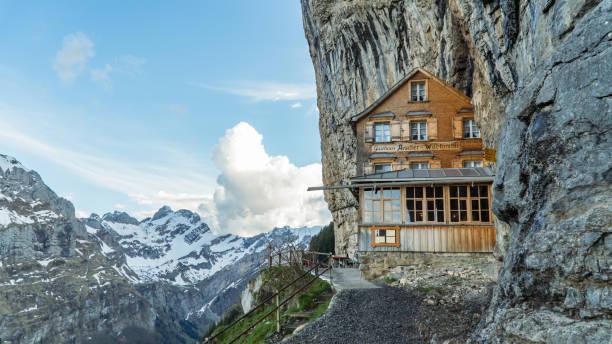 ebenalp mit seinen berühmten cliff und gasthaus gasthaus aescher. - hotel alpenblick stock-fotos und bilder
