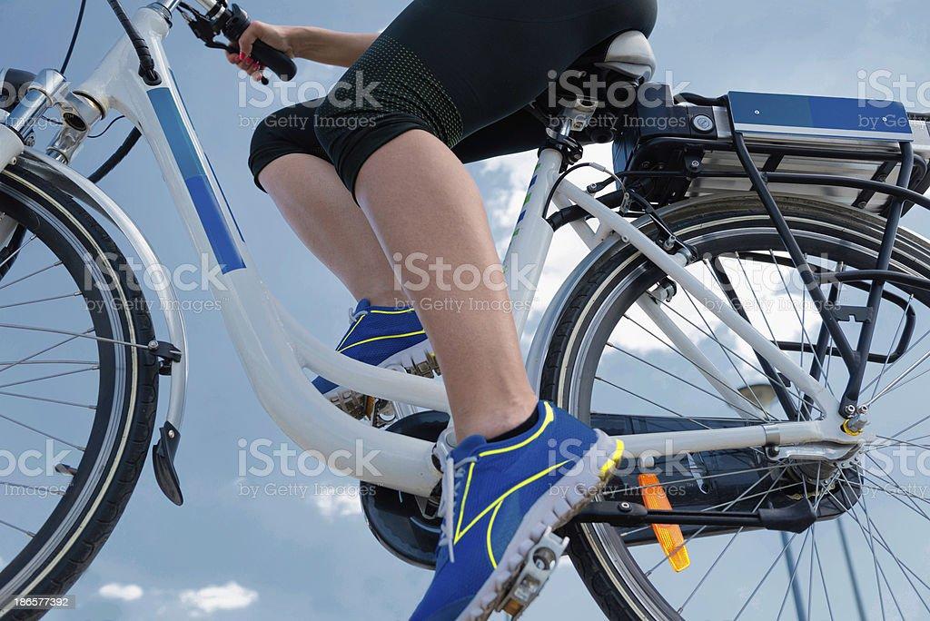 E-Bicicleta contra el cielo azul - foto de stock