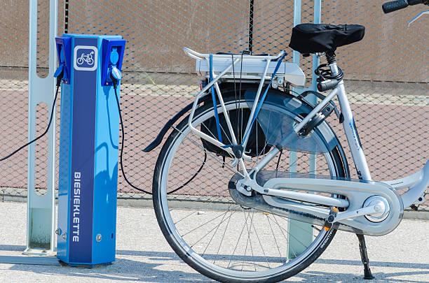 e-bike-ladestation - elektrorad stock-fotos und bilder