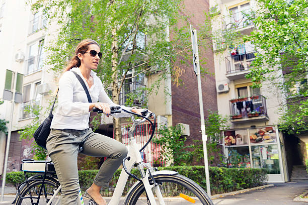 e-bike pendler - elektrorad stock-fotos und bilder