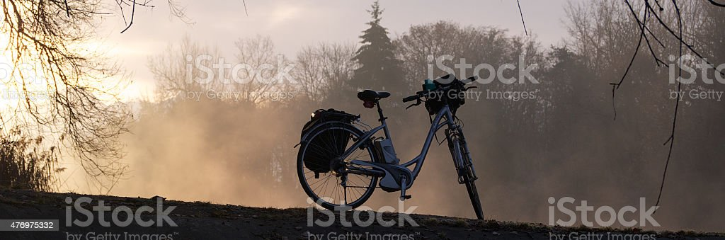 E-bicicleta en el atardecer - foto de stock