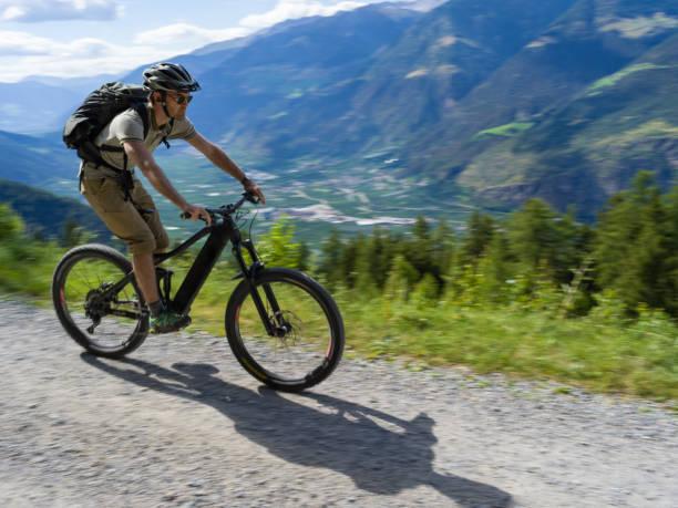e-biken durch italienische gebirge - elektrorad stock-fotos und bilder