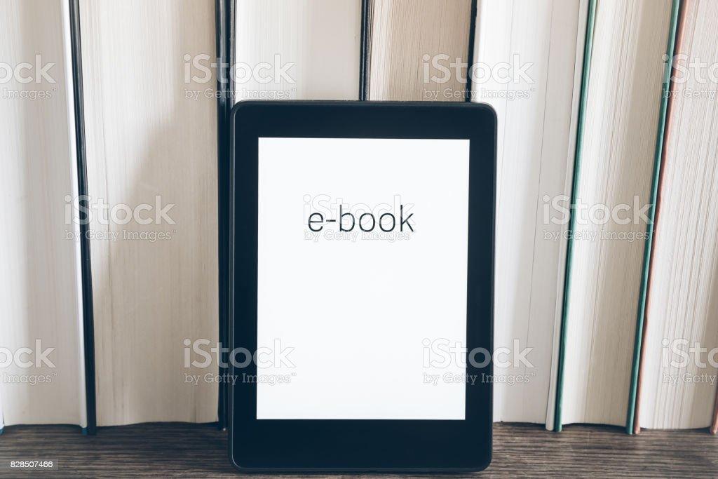 e-Book-Reader auf einem Stapel Bücher auf rustikalen Holztisch Konzept – Foto