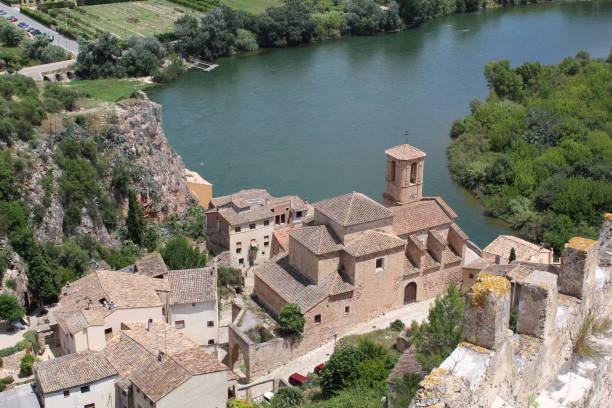 Río Ebro e iglesia antigua del castillo de Miravet - foto de stock