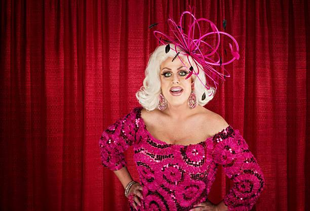 eccentric drag queen with hands on hip - drag queen stockfoto's en -beelden
