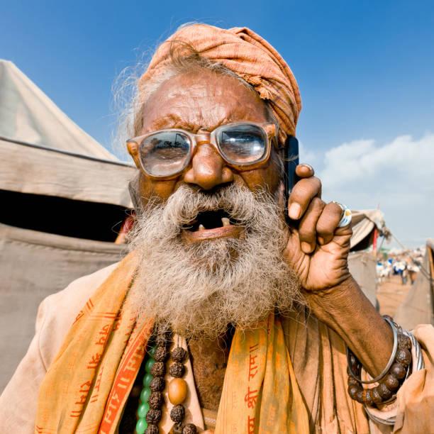 exzentrisch indischen alter mann mit handy - zahnlücke stock-fotos und bilder