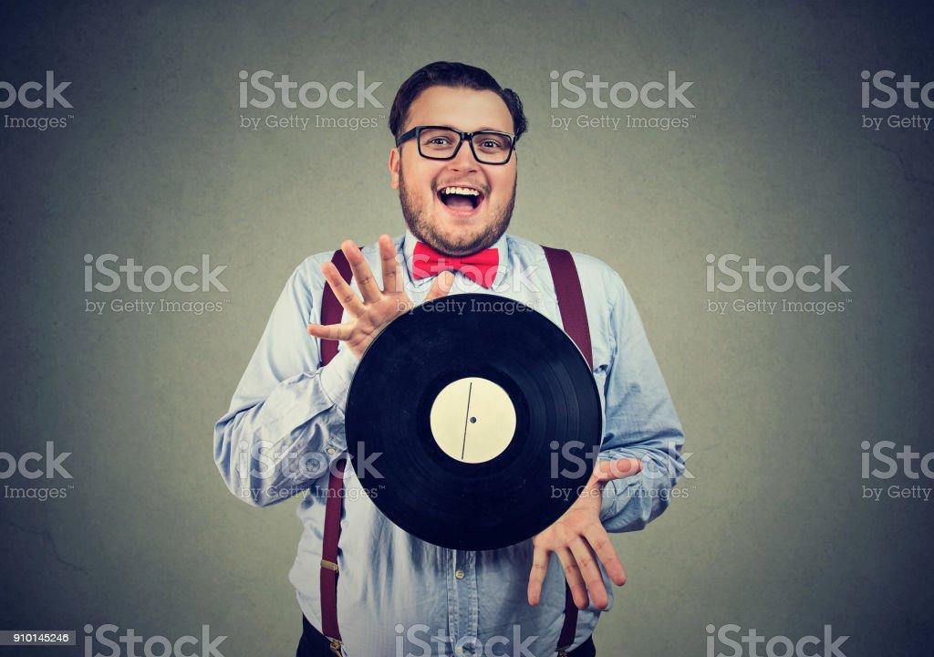Exzentrischen Mann begeistert mit Vinyl-Scheibe – Foto