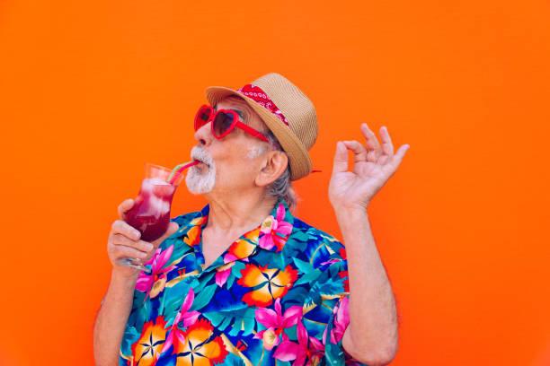 retrato excéntrico de hombre mayor - ironía fotografías e imágenes de stock