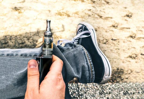 ecig 중독 젊은 사람들 전자 담배 전기 흡연 자 중독 비누 칠 - 전자담배 뉴스 사진 이미지