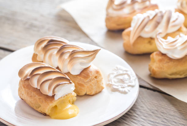 eclairs with lemon curd and meringue - zitronen quark dessert stock-fotos und bilder