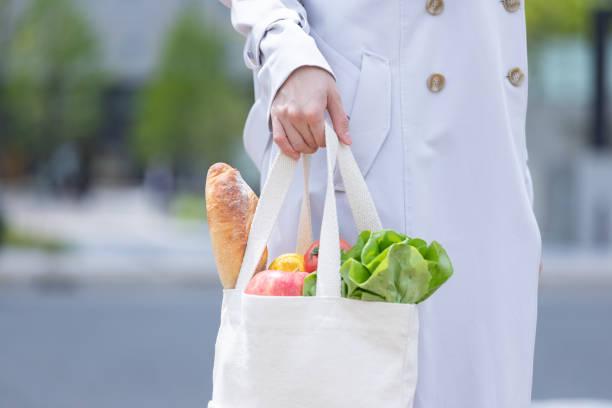 スーパーで買った食品のエコバッグ - people of color ストックフォトと画像