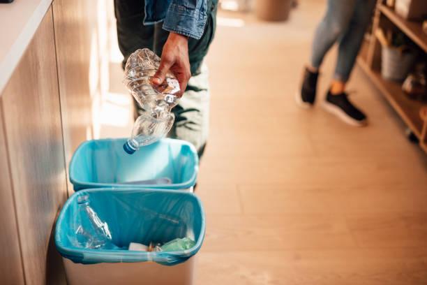 Eco-Behälter mit Plastikflaschen – Foto