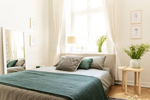öko-baumwolle, leinen und decke auf einem bett in der natur lieben familienpension für frühling und sommer urlaub. echtes foto. - schlafzimmer stock-fotos und bilder