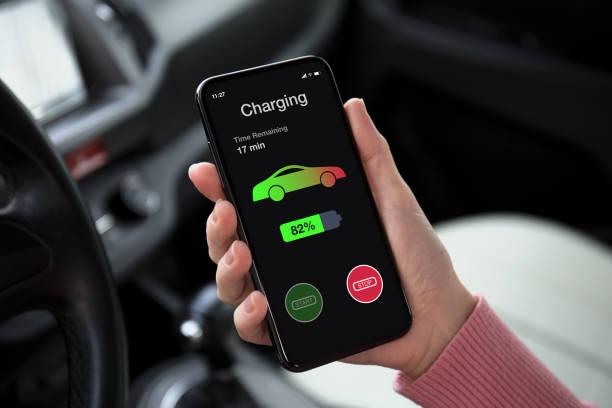 Eco Elektroauto Frauen Hand halten Telefon mit Ladebatterie – Foto