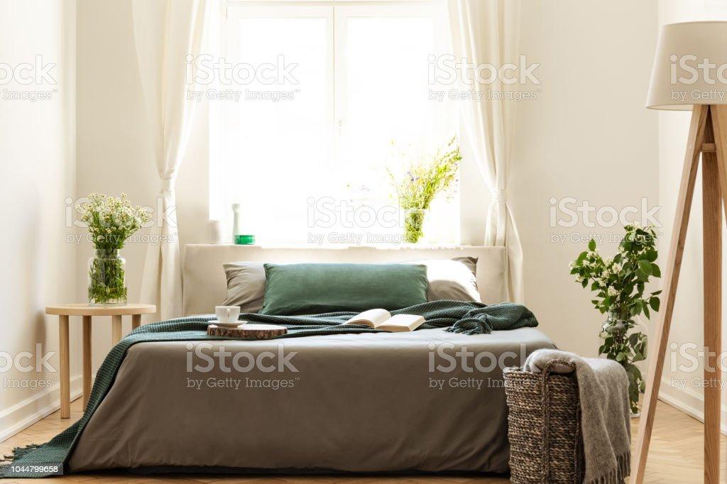 Eco Freundliche Schlafzimmer Mit Einem Bett Gekleidet In ...