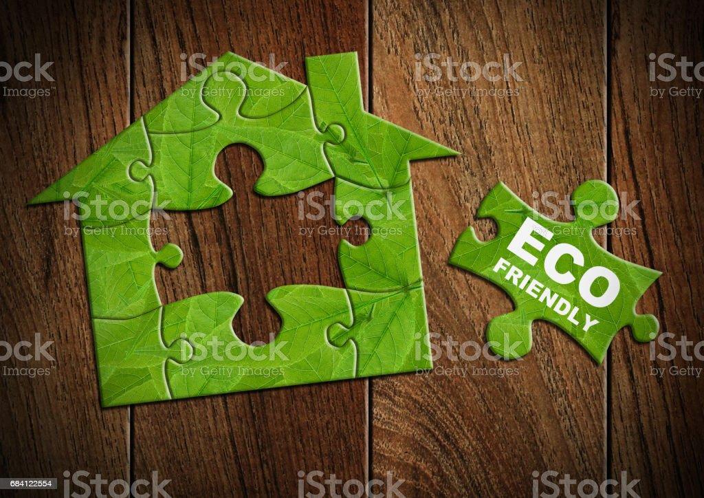 Eco vänliga house koncept, Hemgjort från grön pussel royaltyfri bildbanksbilder