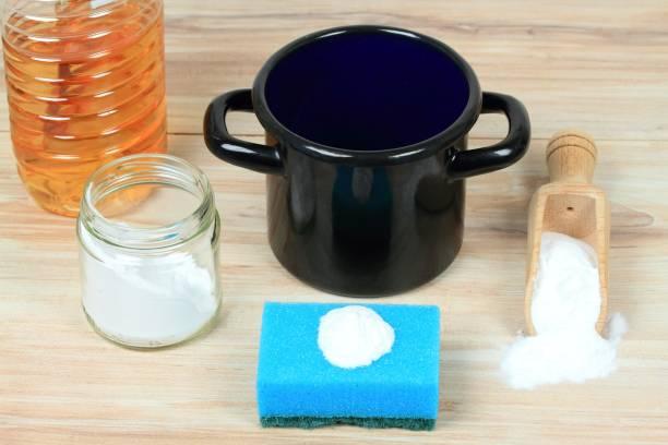 eco freundliche natürliche reinigungsmittel für verbranntem essen in einem topf - besteck günstig stock-fotos und bilder