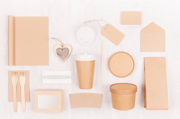 umweltfreundliche recycling papier verpackung für fast-food, vorlage für design, werbung und branding - herz, notebook, tasse, container, box auf holz tafel leer. - schnelle suppen stock-fotos und bilder