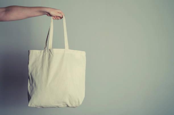 eco shopping sac à la main - recyclage main photos et images de collection