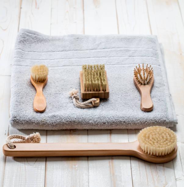 umweltfreundliche hygiene stillleben mit trocken bürsten zubehör - peeling bürste stock-fotos und bilder