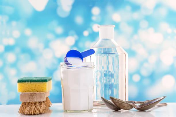 umweltfreundliche natürliche reinigungsmittel backpulver, zitrone und tuch auf weißen und blauen bubles hintergrund - besteck günstig stock-fotos und bilder