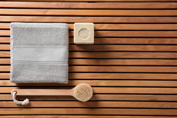 öko-dusche oder traditionelle körper pflegekonzept, ansicht von oben - sauna textilien stock-fotos und bilder