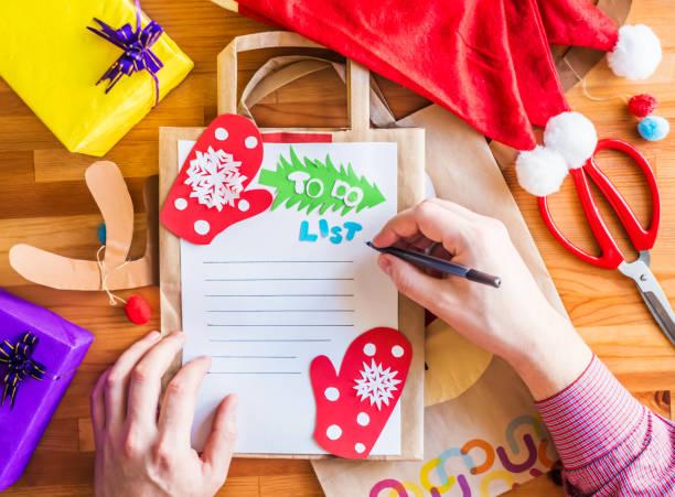 ökologische weihnachten kunsthandwerk. recycling-taschen-handwerk - eco bastelarbeiten stock-fotos und bilder