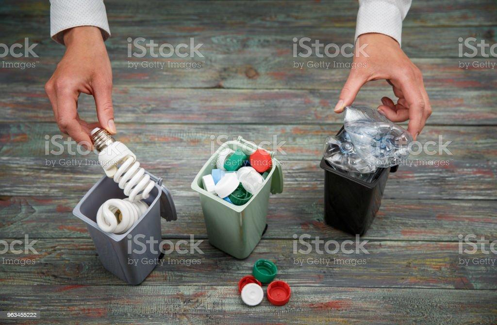 Concept de l'écologie, un grand nombre d'objets recyclables dans des conteneurs - Photo de Aliment libre de droits