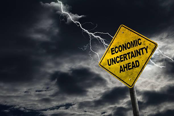 경제 불확실성 앞 팻말, 폭풍우 배경기술 - 불황 뉴스 사진 이미지