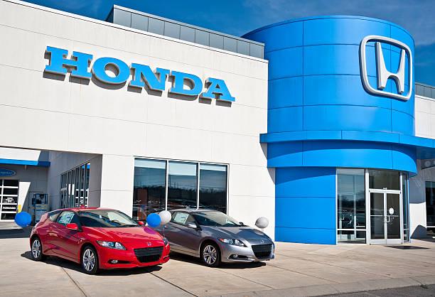 Sparsame Hybrid-Fahrzeuge auf dem Display unter dem Honda-Autohaus – Foto