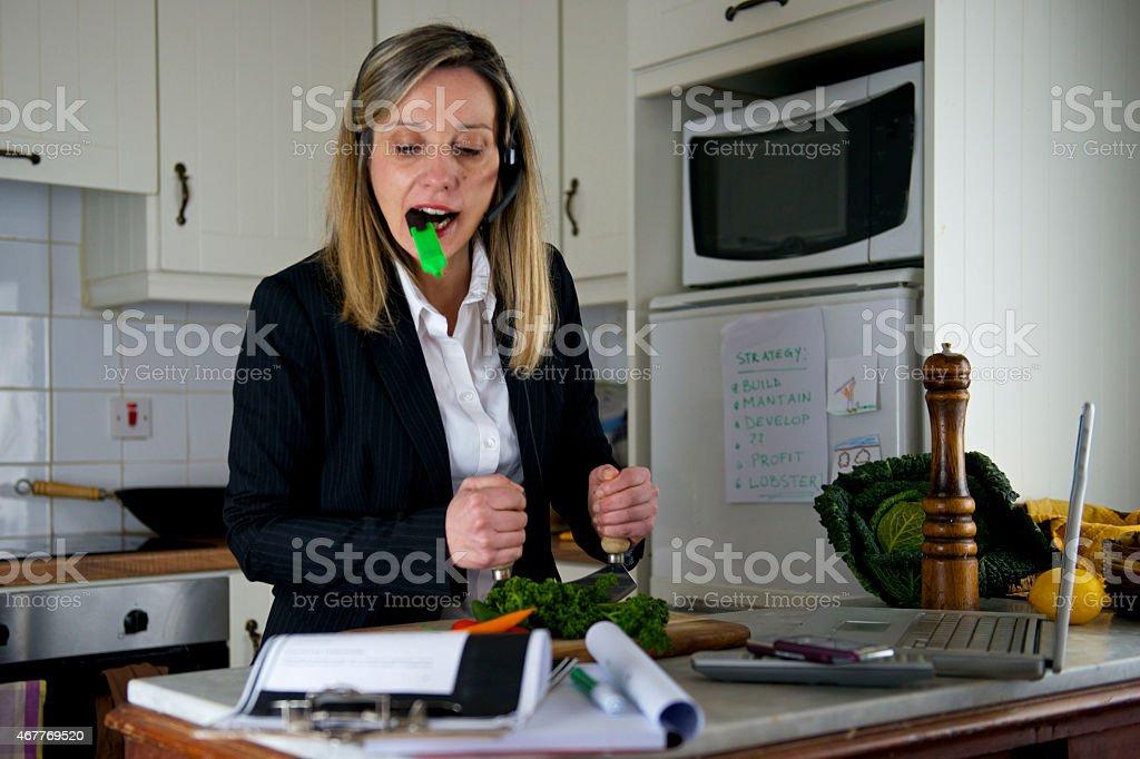 Wirtschaft Lehrer Studien und Küche mit laptop in der Küche – Foto