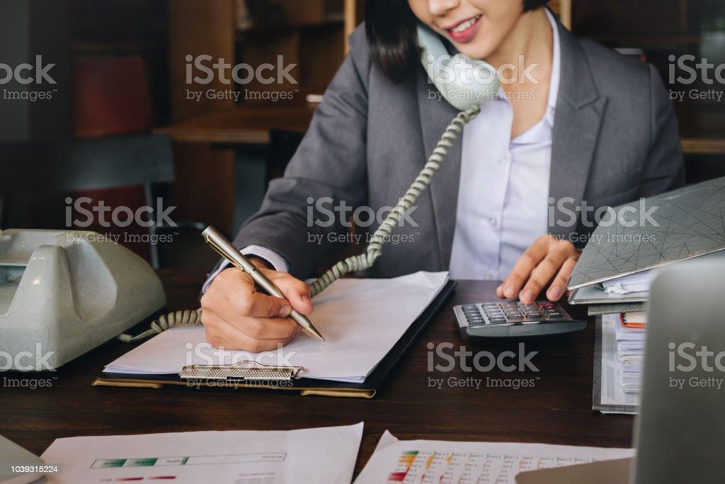 Ökonom und Steuerberater, weibliche arbeiten mit Dokument, Computer, Laptop, Rechner und mit Telefon Kontakt zu Kunden im Büro. – Foto