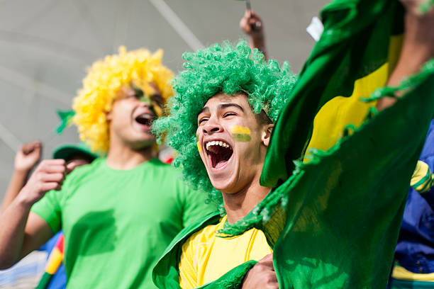 Em Êxtase Brazilian fan assistir a um jogo de futebol - foto de acervo