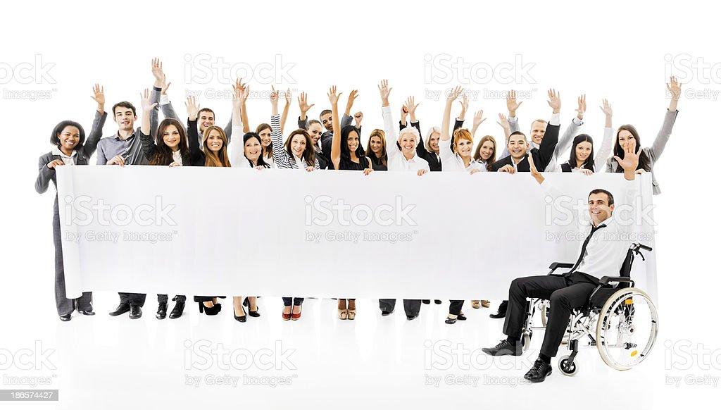 Em Êxtase pessoas de negócios segurando um banner. - foto de acervo
