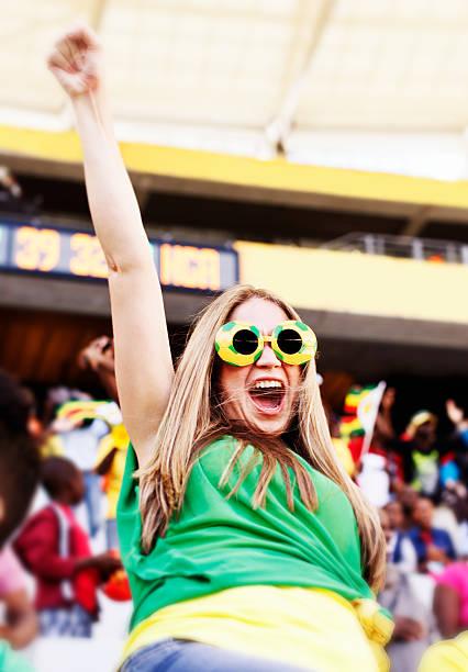 verzückt weibliche brasilianischen fußball fan jubeln sie ihrem team - spielerfrauen stock-fotos und bilder